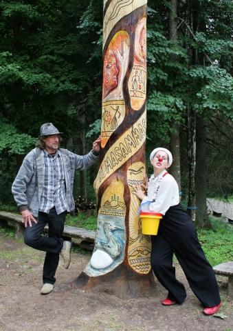 Puidukunstnik Olev Russ ja Piip Ilmasamba juures