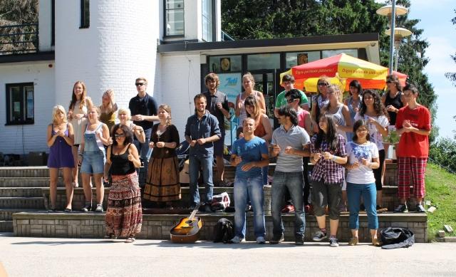 Rahvusvahelise noortelaagri muusikud esinemas 2012